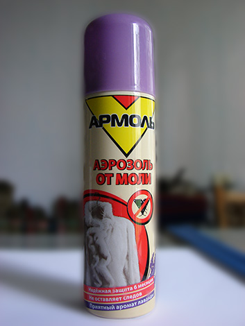 Elaborazione del cabinet con un aerosol Armol aiuterà a distruggere le larve di falena che vivono lì, così come le farfalle