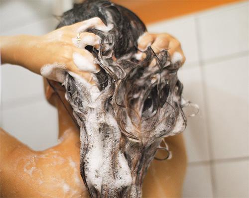 Si devono applicare shampoo pediculicidi ai capelli bagnati.