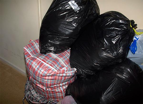 La foto mostra un esempio di vestiti confezionati in sacchetti di plastica in modo che i tessuti non assorbano odori estranei.