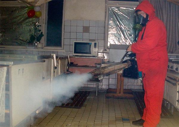 Una tale procedura di elaborazione di un appartamento con l'aiuto di un generatore di nebbia calda costerà diverse migliaia di rubli.