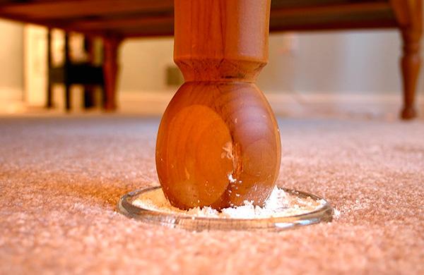 Se metti le gambe del letto in polvere insetticida, gli insetti nel tentativo di raggiungere la loro vittima di notte si sporcano inevitabilmente nel veleno.