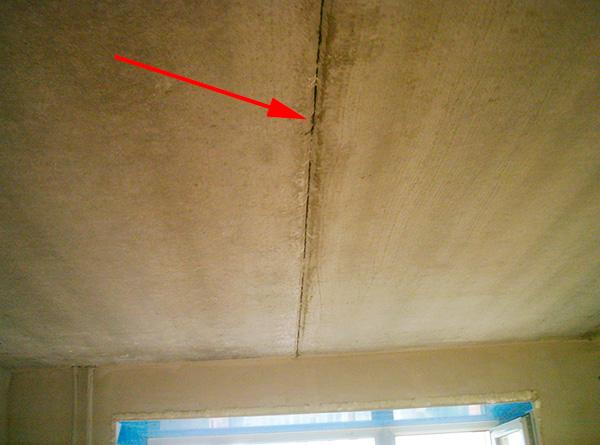 Anche crepe nei muri, nel soffitto e nel pavimento spesso consentono ai parassiti di spostarsi tra le stanze.