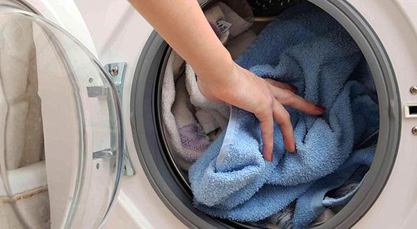 Praticamente tutti gli acari della biancheria possono essere distrutti semplicemente lavando i panni ad alte temperature.
